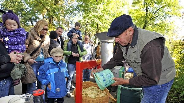 42 Anbieter hatten auf dem Fürther Apfelmarkt  ihre Stände aufgebaut. Es gab wieder alles rund um den Apfel – und vieles zum Probieren...