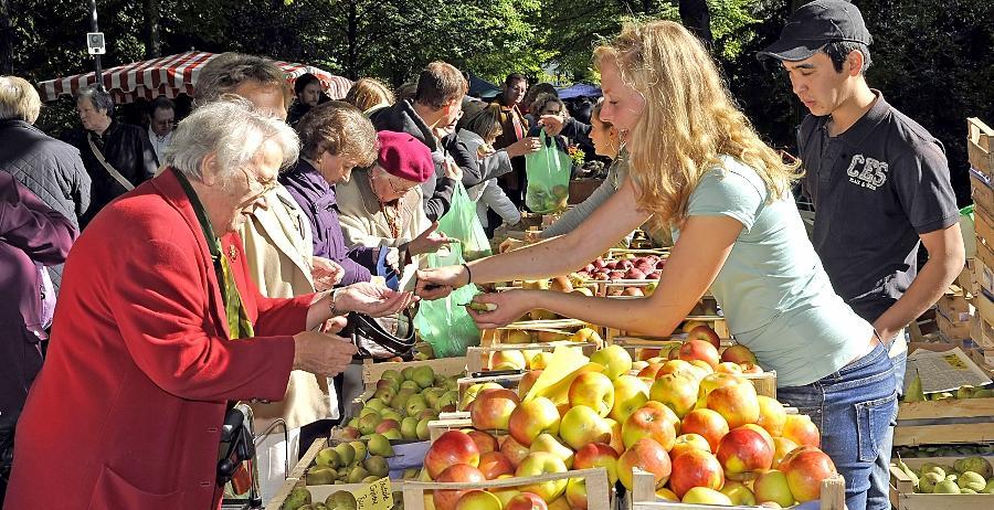 Überall Äpfel: Andrang herrschte am Sonntag nicht nur am Stand dieser Händler aus Mosbach bei Markt Erlbach.