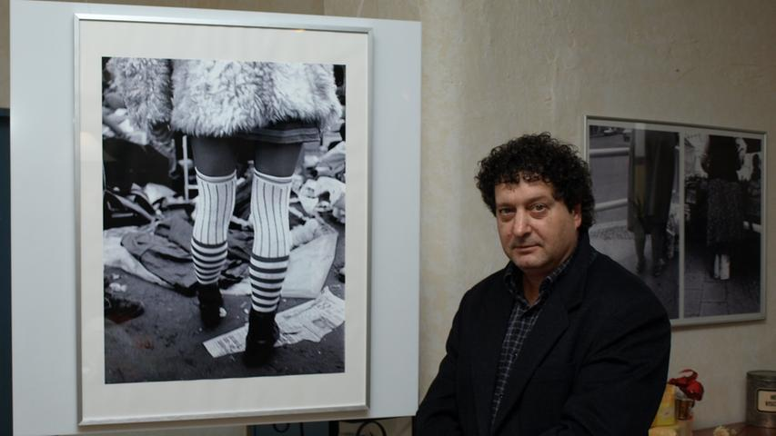 Er war in Berlin, Nürnberg, Sienna und Thessaloniki unterwegs. Überall gab es Frauen mit Leggins und kurzen Röcken, die er abgelichtet hat. Die Ausstellung
