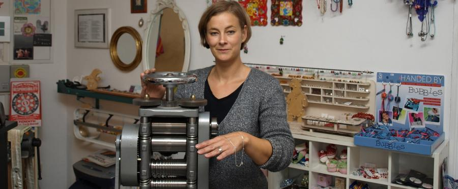 In ihrem Laden Goldkind in der Austraße 26 gibts nicht nur Babykleidung. Die Mischung aus Kreativität und Handwerk ist für die Goldschmiedin perfekt, also verkauft sie hier auch ihre selbstgefertigten Schmuckstücke.