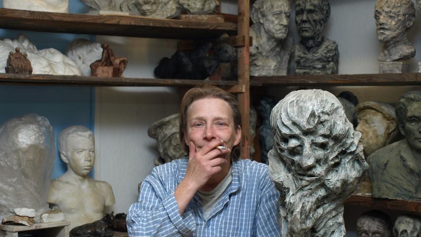 Die professionelle Bildhauerin, Grafikerin und Fotografin ist ein echtes Allround-Talent. Ihre Werkstatt ist in der Kernstraße 25 zu finden.