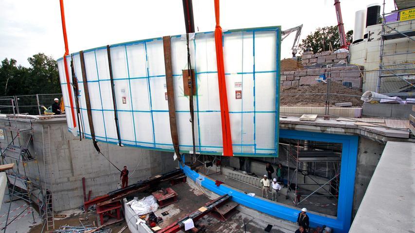 Einen kleinen Stolperstein stellte die 18-Tonnen-Scheibe dar, durch die man später die Tiere unter Wasser beobachten sollte. Nach mehrmaligen Anläufen, bei der sich die Bauherren fast zur Lachnummer der Öffentlichkeiteit machten, konnte man die Spezialanfertigung aus Japan am 10. September 2010 pünktlich....
