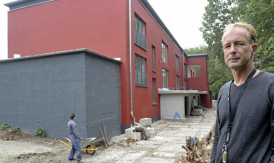 Bauherr Niels Bauerfeld vor dem fast fertiggestellten Wohnbunker in Fürth-Ronhof. In Kriegszeiten bot das Gebäude über 1000 Menschen Schutz.