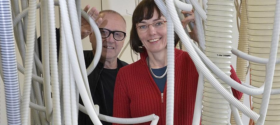 Die Künstlerin und ihr für den Sound zuständige Kollege Helmut Kirsch im modernen Lianengewirr der Zirndorfer Galerie Pinder Park.