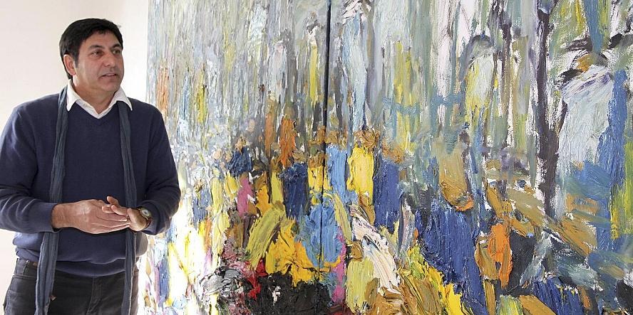 Subtile Farbigkeit und enorme Dynamik zeichnen die großformatigen Gemälde des Fürther Künstlers Akbar Akbarpour (im Bild) aus. Im dicken Farbauftrag wird der Entstehungsprozess greifbar.