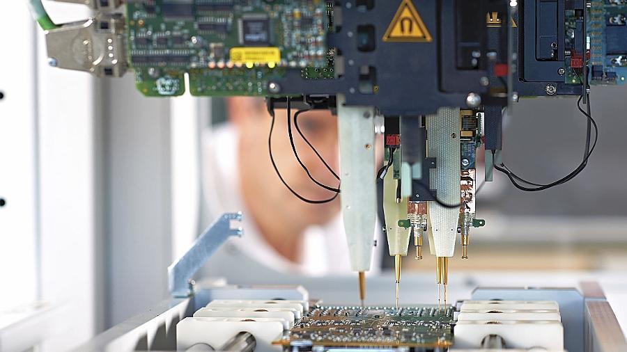 Eine von der Heitec AG in Eckental hergestellte Leiterplatte wird bei der Qualitätsprüfung in einem Testsystem auf vollständige Funktionalität geprüft.