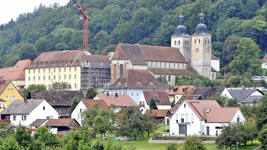 Das Kloster ist das Wahrzeichen Plankstettens; davor, im blauen Haus, hat die Raiffeisenbank ihren Sitz.
