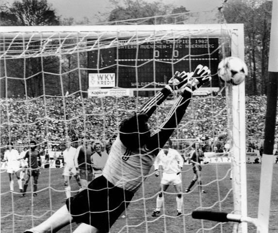 Frankfurter Waldstadion, 1. Mai 1982, DFB-Pokalfinale. Der Club, damals noch deutscher Rekordmeister, fordert den FC Bayern, demnächst und dann wohl auf ewig deutscher Rekordmeister, heraus. Und spielt in der ersten Halbzeit groß auf. Wir schreiben die 31. Minute, als Reinhold Hintermaier im Mittelfeld viel Platz hat, sich den Ball vorlegt und, irritierend ungestört von Paul Breitner, aus 40 Metern einfach mal mit links abzieht.