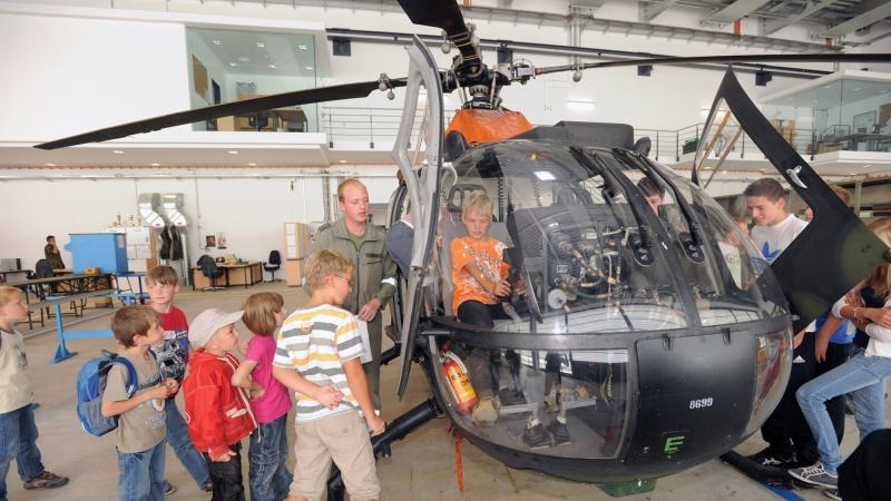 Aus diesem Anlass konnten auch die Kinder im Landkreis im Rahmen des Ferienprogramms den großen Maschinen ganz nahe kommen.