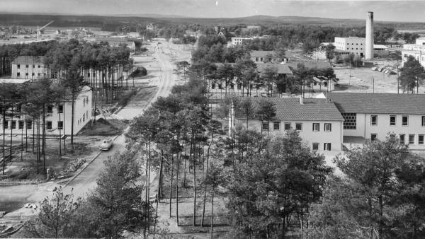 ...gehen zurück auf den Fliegerhorst Kiliansdorf, der in den dreißiger Jahren errichtet wurde. Im Vordergrund ist das Kompaniegebäude zu sehen. Nach der Eroberung im April 1945 nutzten die amerikanischen Streitkräfte das Gelände. Im Zuge der deutschen Wiederbewaffnung ging die Kaserne 1956 in den Besitz der Bundesrepublik über. Fünf Jahre später...