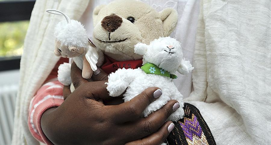Eineinhalb Jahre haben Fürther Mediziner darum gekämpft, Yuna Abaya zu heilen. Vergeblich. Jetzt will sie zu ihrer Familie zurückkehren. Teddy, Schäfchen und ein Plüsch-Schutzengel werden sie begleiten.
