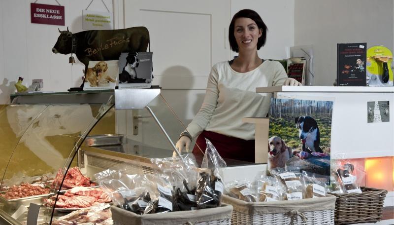 Die 28-jährige Ernährungsberaterin Stefanie Fuchs in ihrer Bio-Metzgerei für Hunde.