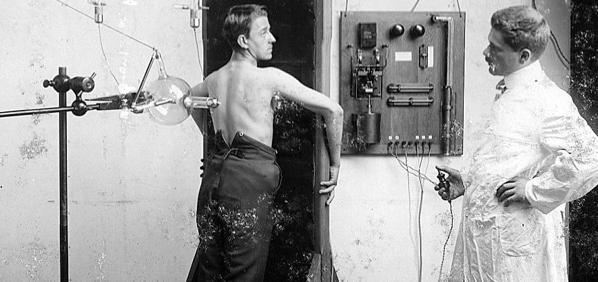 Im Erlanger Medizintechnik-Archiv zeigen Fotos erste Anwendungen der Röntgentechnik.