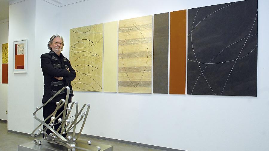 """Eine fast minimalistische Sparsamkeit: Franz Kochseder in seiner Ausstellung, deren Motto """"Nicht wissen wie es anfängt, nicht wissen wie es aufhört"""" den experimentellen Charakter des Werks formuliert."""