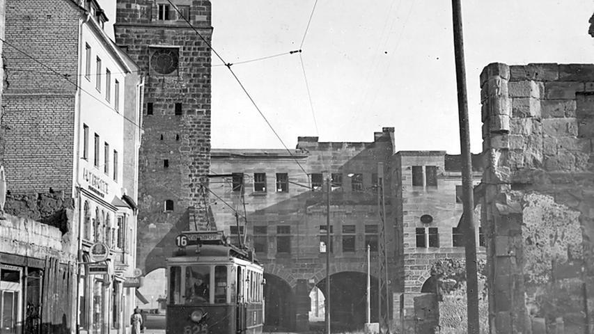 Historische Bilder: Als die Straßenbahn vor St. Sebald hielt