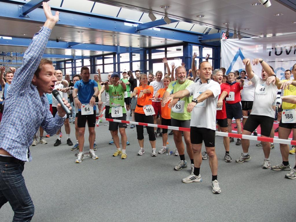 Treppe rauf, Treppe runter, auf den Gang und von vorn. Die Tüv Rheinland LGA lädt Läufer zum siebten LGA-Indoor-Marathon in ihre Büroräume. Und bereits vor dem Start ist für gute Stimmung gesorgt.