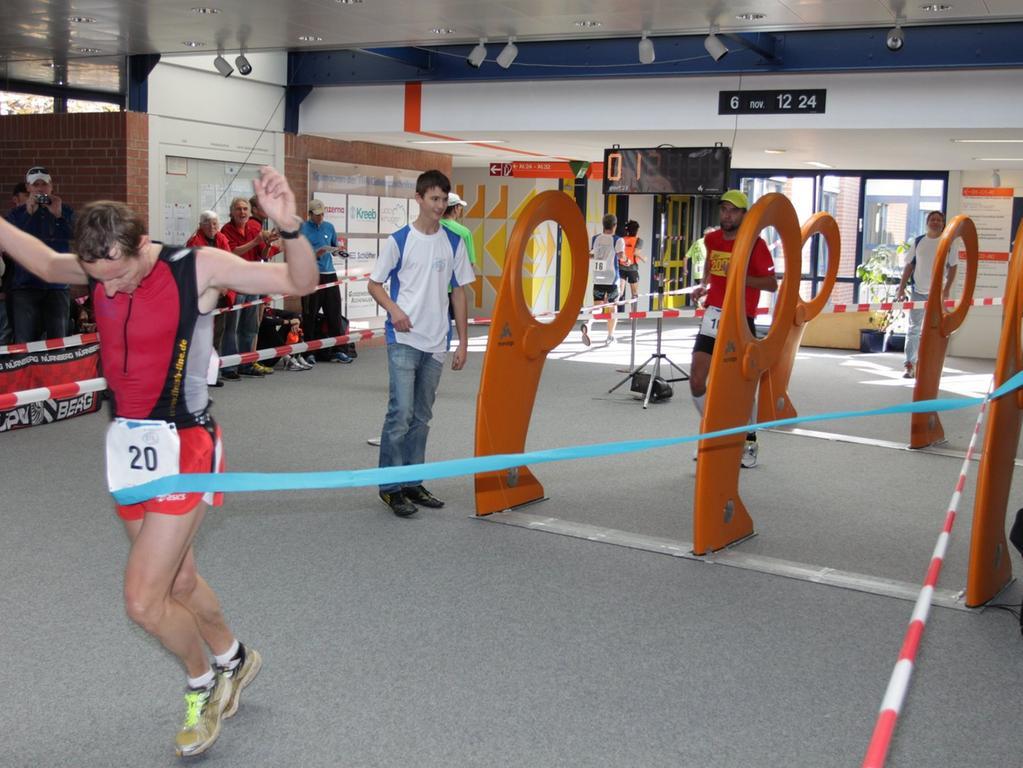 Geschafft: Marcel Staudacher vom Team Klinikum Nürnberg gewinnt den Halbmarathon mit einer Zeit von 1:20:58.8. Nach 2:56:42.1 kommt dann auch der Sieger des Marathons über die Ziellinie: Es ist Robert Storch vom Verein