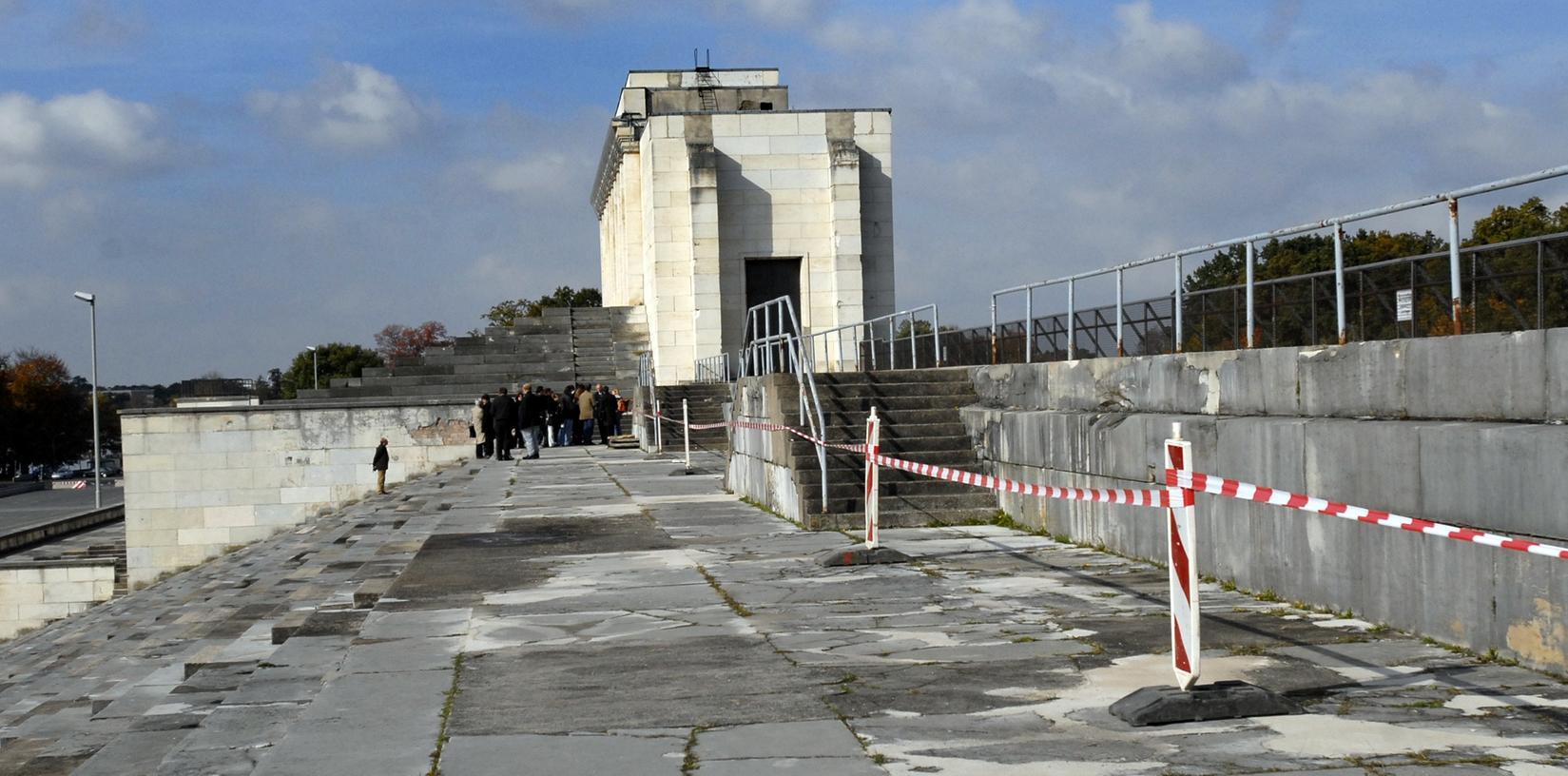 66 Jahre nach Kriegsende bröselt, was 1000 Jahre halten sollte: 75 Millionen Euro werden benötigt, um die Zeppelintribüne wieder begehbar zu machen.