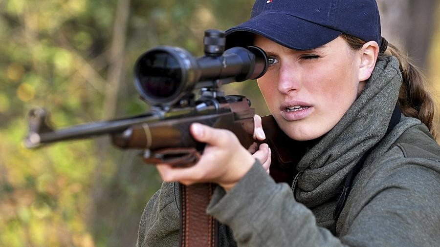 Eine Jungjägerin legt das Gewehr an: Frauen haben die Jagd als neue Leidenschaft entdeckt.