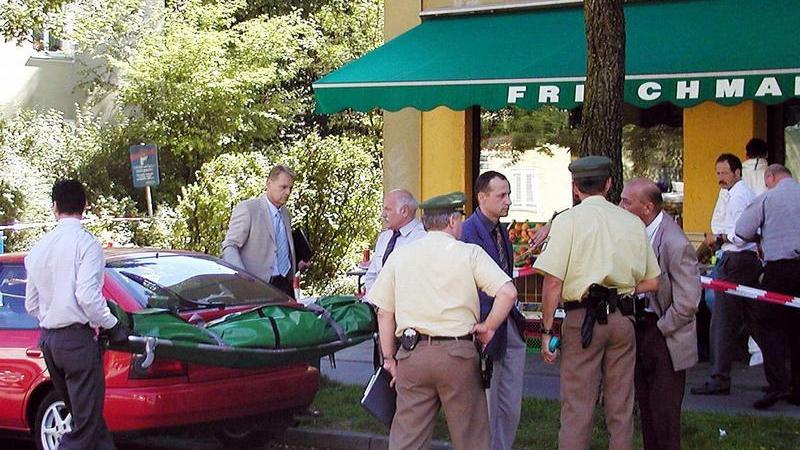 Der Gemüsehändler Habil Kilic wird in München-Ramersdorf ermordet. Eigentlich arbeitet der 38-Jährige in der Großmarkthalle. Doch vor wenigen Monaten hat er mit seiner Frau einen Frischwaren-Laden eröffnet. Er ist an diesem Tag allein dort. Die Täter kommen gegen 10.45 Uhr. Sie töten ihn mit zwei Schüssen. Anders als bei den Morden vorher werden keine Patronenhülsen am Tatort gefunden.