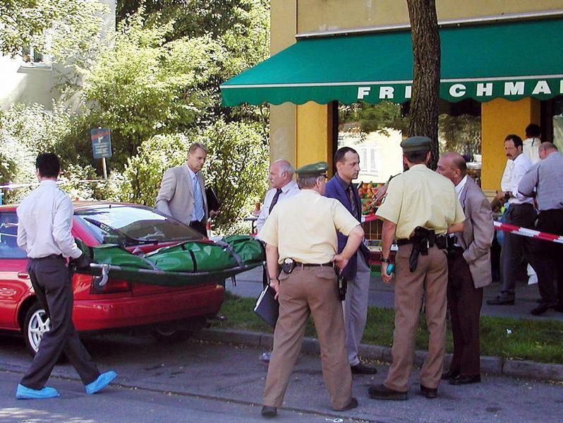 Im Münchner Vorort Ramersdorf wird die Leiche eines ermordeten, 38-jährigen Mannes abtransportiert.