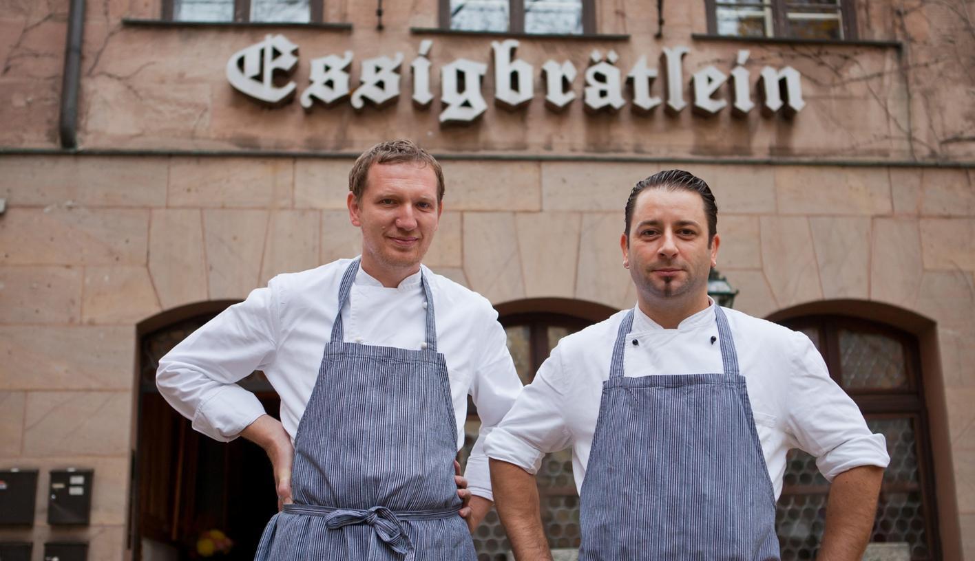 Die Köche Andree Köthe (links) und Yves Ollech vor dem Altstadt-Restaurant «Essigbrätlein».