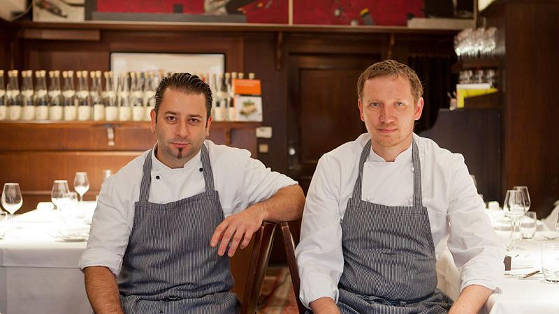 Die Köche Andree Köthe (links) und Yves Ollech sitzen gemeinsam in ihrem Restaurant