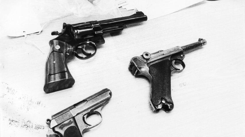 Am Ende richtet sich Oxner selbst, er schießt sich in Herz und Lunge. Unser Foto zeigt die Tatwaffen.