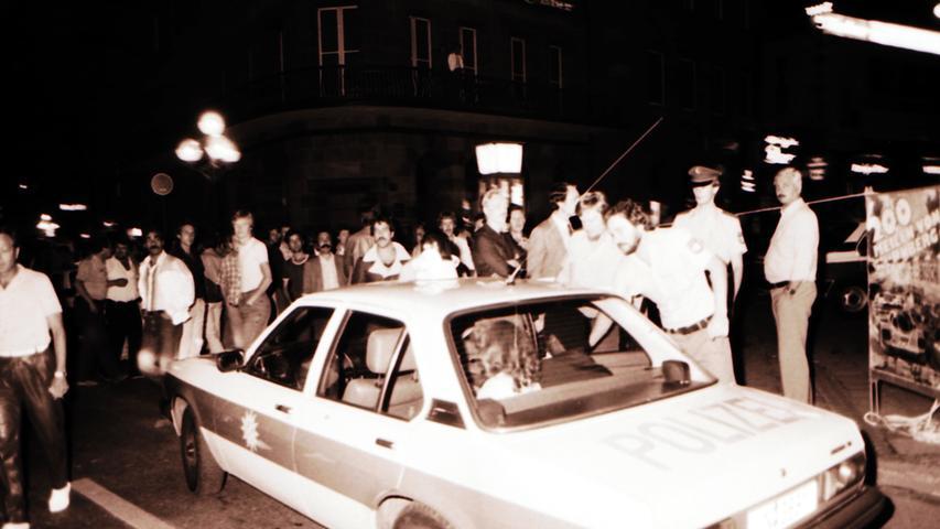 Im Juni 1982 erschoss der Neonazi Helmut Oxner in einer Nürnberger Diskothek drei Ausländer, drei weitere Menschen verletzte er schwer. Am Ende richtete der Täter sich selbst. Brutale Straftaten von Neonazis und Rechtsradikalen beschäftigten immer wieder die fränkische Polizei.  Eine Chronologie der rechten Gewalttaten in Franken, Bayern und Deutschland finden Sie hier.