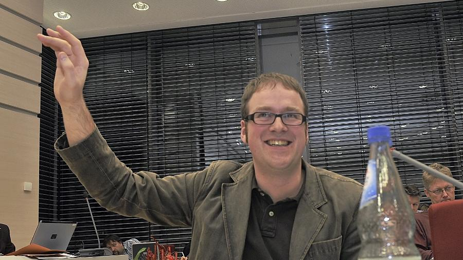 Die gute Laune ist Florian Janik, dem Fraktionschef der SPD, bei der Lektüre der Verwaltungsvorlage zum  Hallenneubau vergangen.