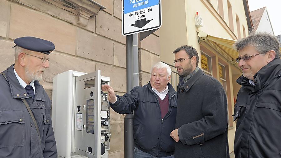 Aus dem Berufsalltag: Bürgermeister Ralph Edelhäußer und Ordnungsamtsleiter Roland Hitschfel (re.) wird die Funktion der Brötchentaste erläutert.