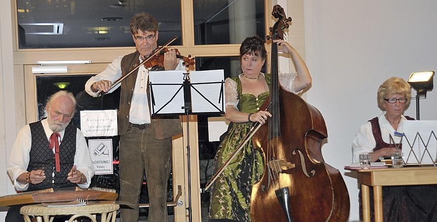 """Die Bassistin Lizzy Aumeier spielte zusammen mit der Gruppe """"Sofa"""" bei der Jubiläumsveranstaltung des Vereins """"Klinik und Kunst"""". Bislang wurden über 50 Veranstaltungen organisiert."""