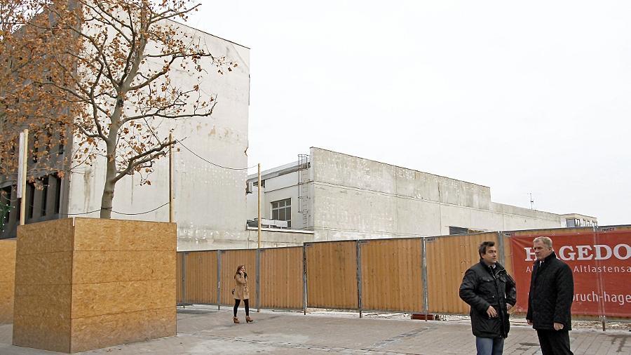 Wer wird das Loch, das durch den Abriss der Grande Galerie aufgerissen worden ist, wiederbeleben? Das fragen sich die Einzelhandelsverbands-Funktionäre  Werner Schmidt (rechts) und Kurt Greiner. Qualität ist gefragt.