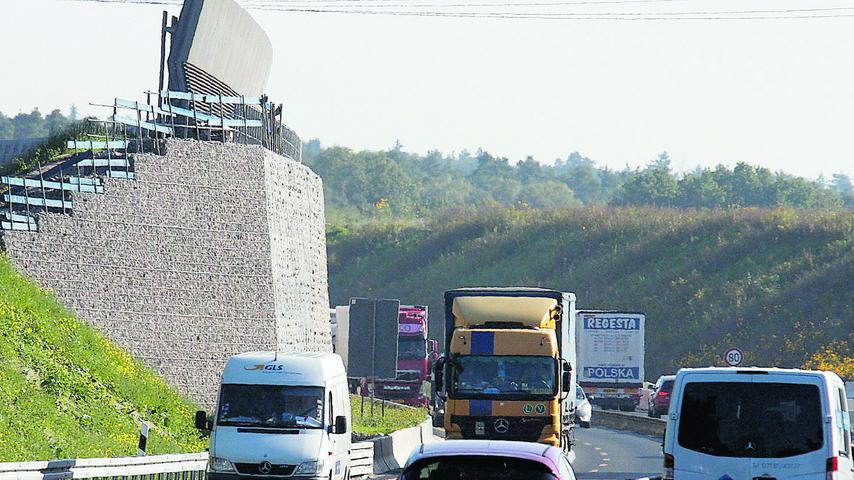 Die Autobahndirektion betont, dass beim Lärmschutz die Lücken geschlossen und alle Grenzwerte eingehalten werden. Die Stadt Nürnberg und der Freistaat Bayern finanzieren aber zusätzlich auf 1,4 Kilometern Länge eine drei Meter hohe Gabionenwand, die auf den Lärmschutz der Autobahndirektion noch obendrauf kommt. Sie soll in der angrenzenden Gartenstadt für mehr Ruhe sorgen. Im Oktober 2021 soll bis auf letzte Arbeiten am Lärmschutz alles fertig sein.