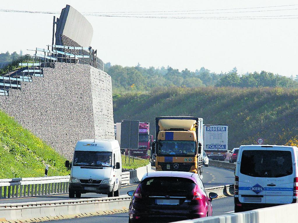 In Kornburg schützt eine riesige Wand die Anwohner vor dem Autobahnlärm. Das wünschen sich auch die Bürger in der Gartenstadt für den Ausbau der A73 — zusätzlich zum ohnehin geplanten Flüsterasphalt.