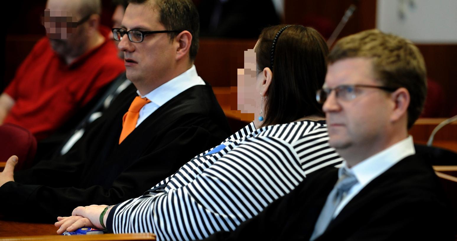 Die im Prozess um den gewaltsamen Tod des neunjährigen Pflegekindes Anna angeklagte Petra W. sitzt im Landgericht in Bonn an ihrem Platz im Gerichtssaal zwischen ihren Anwaelten Carsten Rubarth (3.v.r.) und Christian Breuer (r.). Ihr mitangeklagter Ehemann Ralf W. sitzt im Hintergrund.