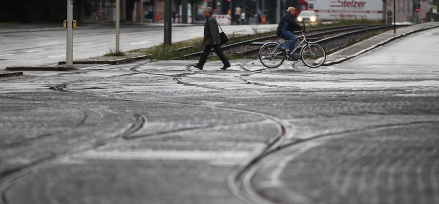 Straßenbahngleise dürfen nie im spitzen Winkel überquert werden: Es besteht erhöhte Sturzgefahr, weil Vorder- oder Hinterrad in die Schienenführung gelangen können und das Fahrrad dadurch nicht mehr lenkbar ist.