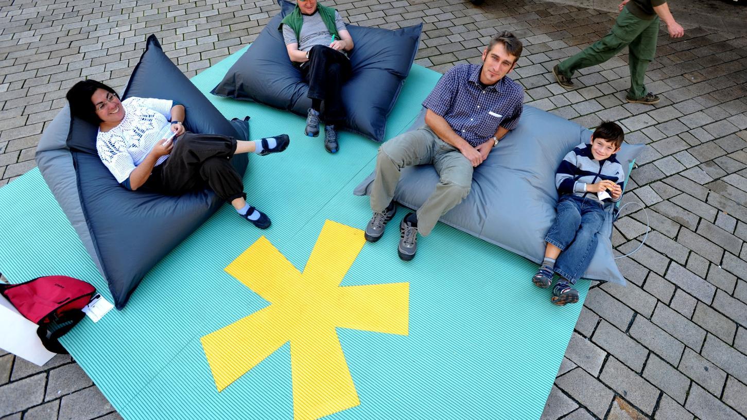 Kunstvoller Zeitvertreib: Eine der drei Warteinseln in der Fußgängerzone. Dort gibt es täglich um