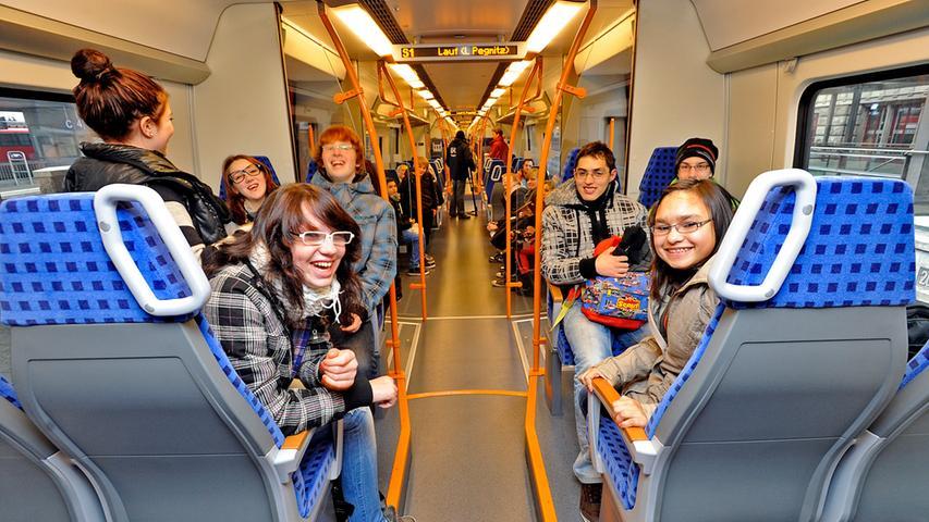 Vor allem Schulkinder nahmen die neuen Züge gleich in Beschlag. Im Inneren der Wagen dominiert die Farbkombination Orange-Blau.