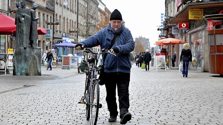 Tagsüber müssen Radler in der Fußgängerzone nach wie vor schieben, zwischen 19 und 10.30 Uhr dürfen sie allerdings im Sattel bleiben.