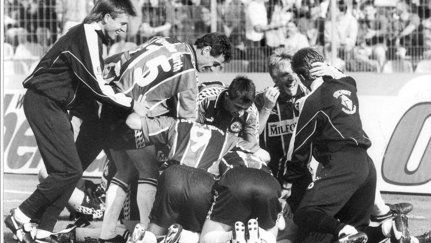 Rund 16 Jahre und exakt eine Pokal-Runde später trafen sich die Altmeister im Frankenstadion wieder. Die Entscheidung fiel diesmal in 90 Minuten und mit 2:1 zugunsten der Spielvereinigung. Entsprechend intensiv feierten die Gäste um den späteren Nürnberger Richter (2.v.re.) nach Spielende das prestigeträchtige Weiterkommen.
