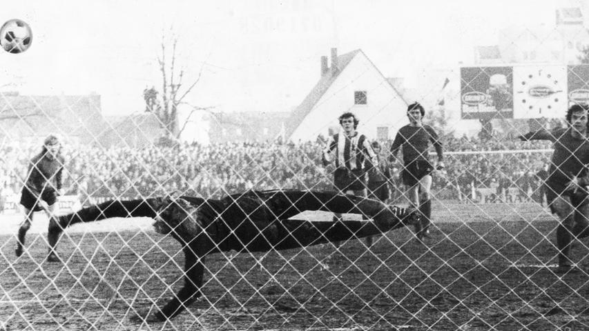 Es hätte eine tolle Fußballparty werden können, dieses 209. Frankenderby, das am 21. Januar 1973 im Fürther Ronhof über die Bühne ging. Das Kleeblatt trumpfte zunächst furios auf, führte nach Toren von Jäger, Pieper, Detsch und Unger zwischenzeitlich mit 4:0 - auch weil Nürnbergs Petrovic per Elfmeter an Löwer gescheitert war (Bild). Doch dann stellte Nürnbergs Trainer
