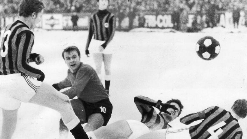 Auf schneebedecktem Rasen im Ronhof half den Fürthern aller Einsatz nicht. Nürnberg war klar überlegen und bog früh auf die Siegerstraße ein, Müller traf schon nach einer Minute zur Gäste-Führung. Lehr, abermals Müller und Seubert schraubten das Resultat bis zum Schlusspfiff auf 4:0.