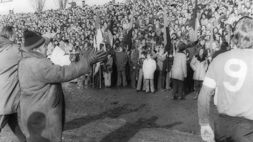 Schon vor Beginn der Partie hatten beide Trainer sowie Club-Kapitän Nüssing alle Hände voll zu tun, die mitgereisten Nürnberger Schlachtenbummler zu beruhigen und vom Spielfeld zu drängen. Die aufgeheizte Masse gab sich kooperativ - vorerst!