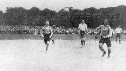 Vor knapp 119 Jahren, im Herbst 1902, standen sich der Club und Fürth (damals noch als TV 1860) zum ersten Mal gegenüber. Am Schießanger feierte der FCN einen 15:0-Kantersieg. Doch das Kräfteverhältnis sollte so klar nicht bleiben. 1910, beim ersten Spiel, das am Sportplatz am Ronhofer Weg ausgetragen wurde, behielt das Kleeblatt erstmals die Oberhand. Fürth hatte fortan die Vormachtstellung in Fußballfranken, gewann 1914 noch vor dem Club seine erste Meisterschaft. Die Wende stellte das Jahr 1920 dar, als die fränkischen Rivalen im Finale um die Deutsche Meisterschaft (Bild) an den Sandhöfer Wiesen in Frankfurt den nationalen Champion ermittelten. Der Club schlug den Titelverteidiger (wegen des 1. Weltkriegs wurden zwischen 1915 und 1919 keine Meisterschaften ausgespielt) vor der Rekordkulisse von 35.000 Zuschauern durch Tore von Popp und Szabó mit 2:0 und legte den Grundstein für die