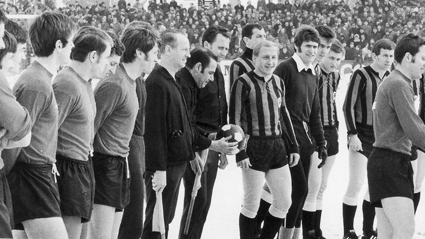 Warme Worte bei eisigen Temperaturen gab's vor dem 200. Derby Anfang März 1970. Während man auf Fürther Seite beinahe geschlossen in modischen Strumpfhosen antrat, bevorzugten die Cluberer überwiegend nackte Tatsachen.