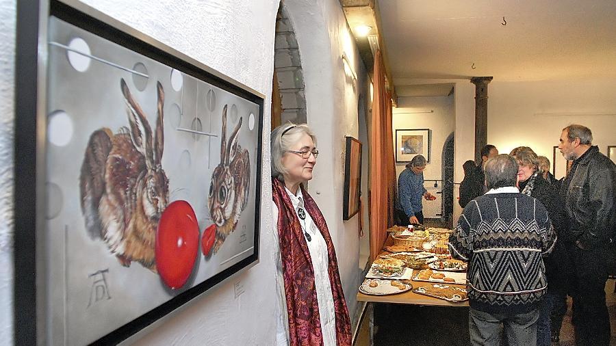 So kann's gehen, wenn man zu gierig ist: Auf dem Bild (l.) von Lars Henning und Elke Schober hat ein Albrecht Dürer-Hase einen prall gefüllten Luftballon im Mund, die glotzäugige Hasen-Karikatur gegenüber einen zerplatzten.