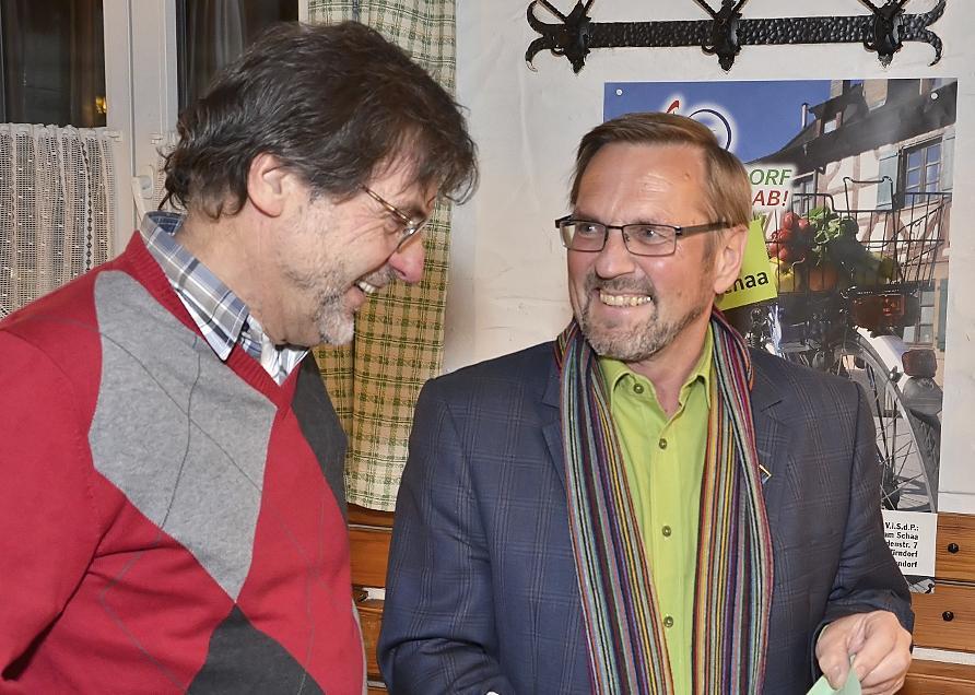 """Zu den Gratulanten zählt Norbert Schikora (links) vom Kreisverband der Grünen. Der hat """"schon gehofft, dass  wir in Zirndorf noch einen Bürgermeisterkandidaten stellen"""". Mit Wolfram Schaa (rechts) haben sich Schikoras Hoffnungen erfüllt."""