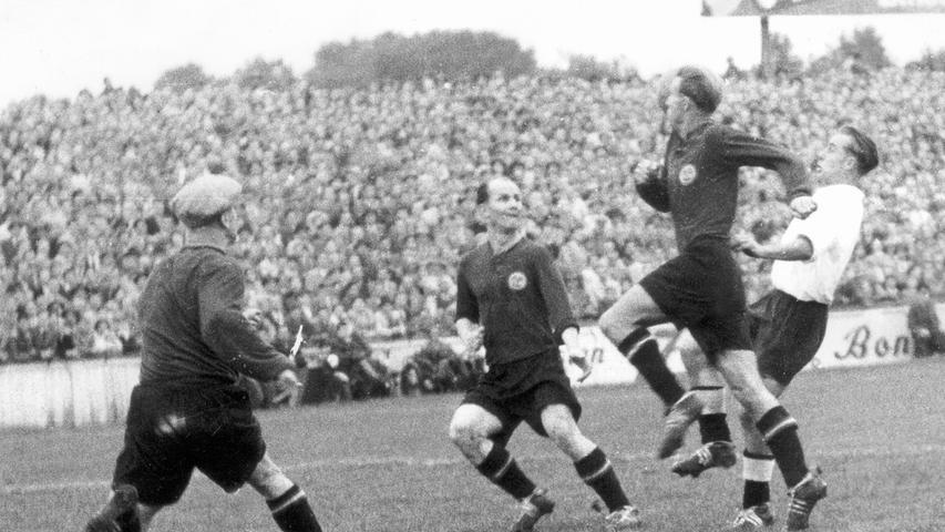 Auch wenn das Derby seine eigenen Gesetze kennt, Mitte Oktober 1950 gab es für das Oberliga-Schlusslicht aus Fürth gegen den Tabellenführer aus der Noris nichts zu holen. Dabei waren die Fürther vor der Pause mehrfach nahe dran an der Führung. Als aber Schmolke nach 37 Minuten verletzt runter musste, hatte das Kleeblatt nur noch wenig zuzusetzen. Der FCN nutzte die Überzahl (Auswechslungen waren damals noch nicht erlaubt) und siegte dank der Tore von Schade (2) und Schweinberger glatt mit 3:0.
