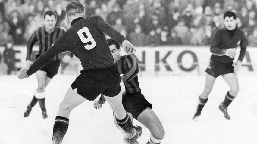 Anfang Februar 1963 stieg im Ronhof das letzte Frankenderby der Oberliga Süd. Fürth, das in den Vorwochen mit den winterlichen Bedingungen gut zurechtgekommen war, rechnete sich einen schwächelnden Club einiges aus, zog letztlich aber erneut den Kürzeren. Die Entscheidung beim 3:5 fiel kurz nach der Pause, als Haseneder binnen 60 Sekunden ein 1:1 in ein 3:1 für den FCN umwandelte.
